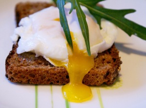 the perfect mother's day breakfast - 10 tips to poach the perfect egg